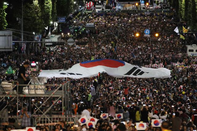 [영상] '이번엔 촛불 300만명'…주최측 '참가자수 발표 앞으론 안 해'