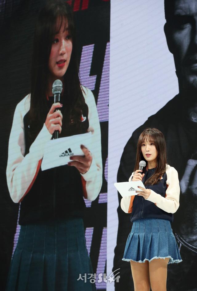 베컴 행사 진행하는 박신영 아나운서