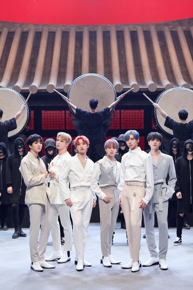 원어스, 세 번째 미니앨범 'FLY WITH US' 월드 앨범 차트 15위..'글로벌 대세'