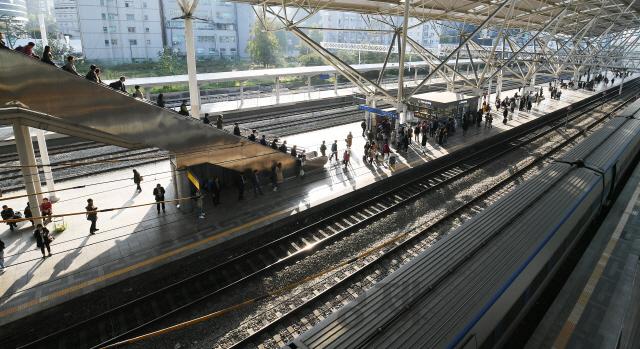 열차 기다리는 시민들
