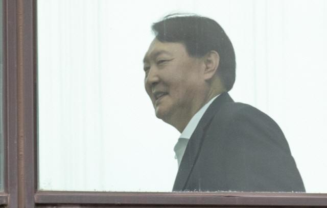 '윤석열 검증' 조국, '접대 의혹' 보도에 '말씀드릴 게 없어'…나경원은 '물타기'