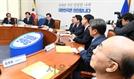조국 법무부 장관 발언 듣는 김조원 민정수석