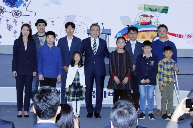 넥쏘 타고 현대차 찾은 文대통령 '친환경차 100만 판매에 박수보낸다'