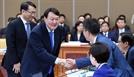 밝은 표정으로 여당 의원들과 인사 나누는 윤석열 검찰총장