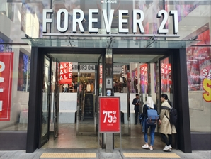 [르포] 고객 눈높이 못맞춘 포에버21...75% 폐점세일하자 인산인해