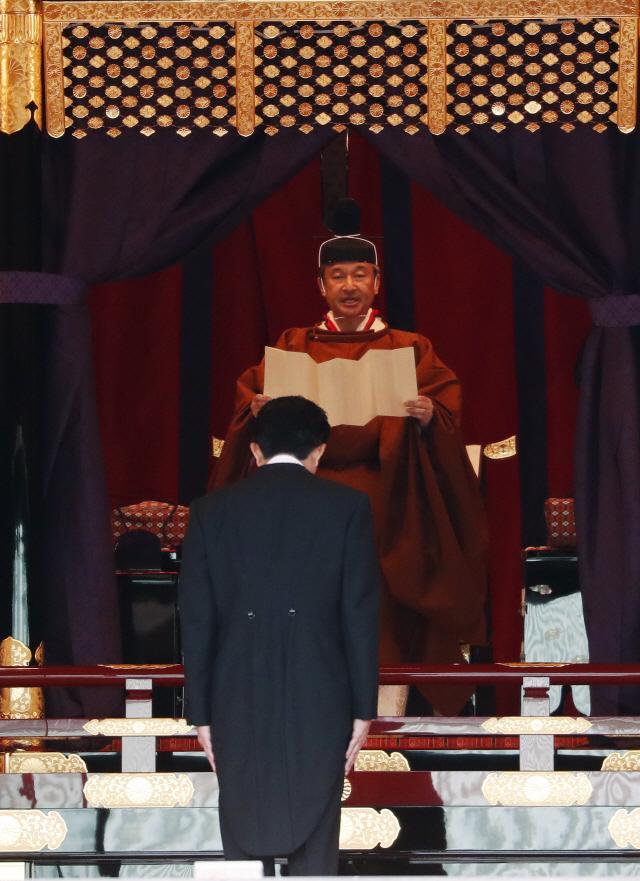 [데스크진단] '헌법 따르겠다' ... 아베夢 견제한 일왕