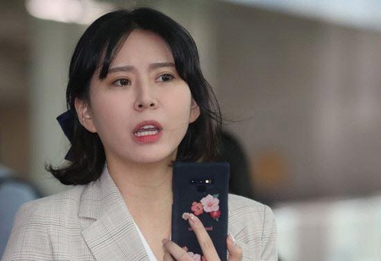 체포영장 재신청 윤지오, 전날 SNS에 '현재 겪는 피해 보상 요구한다'