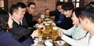 청년 스타트업 기업인들과 건배하는 박용만-박영선