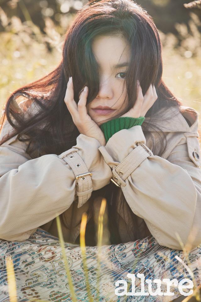 배우 이설, 들판 속 묘한 매력..순수함&우아함