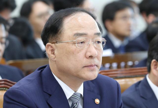 홍남기 '2년내 군 병력 8만명 감축, 여군 비중 확대' (속보)