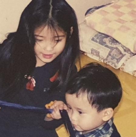 아이유, 어린 시절 사진 공개와 동시에 남동생 생일 축하 '애정 뿜뿜'