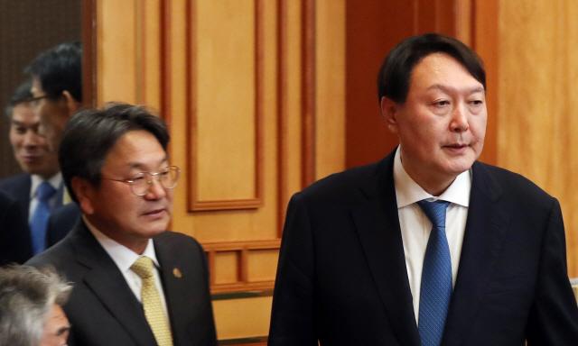 文대통령 '전관특혜 뿌리뽑아야..금전적 이익도 철저히 조사'(속보)
