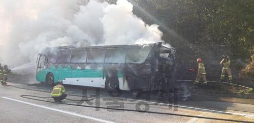 달리는 부산행 고속버스에서 불…승객·운전기사 전원 대피