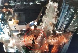 해운대 호텔 옥상에서 낙하산 메고 뛰어내린 러시아인들…이게 스포츠?