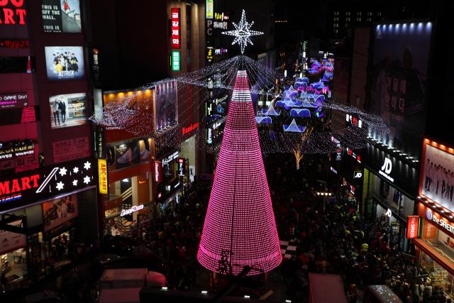 부산 중구 크리스마스트리문화축제 15일 광복로에서 빛 밝혀