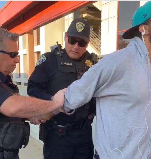 흑인 남성, 미국 통근열차 승강장서 샌드위치 먹었다고 체포돼 논란