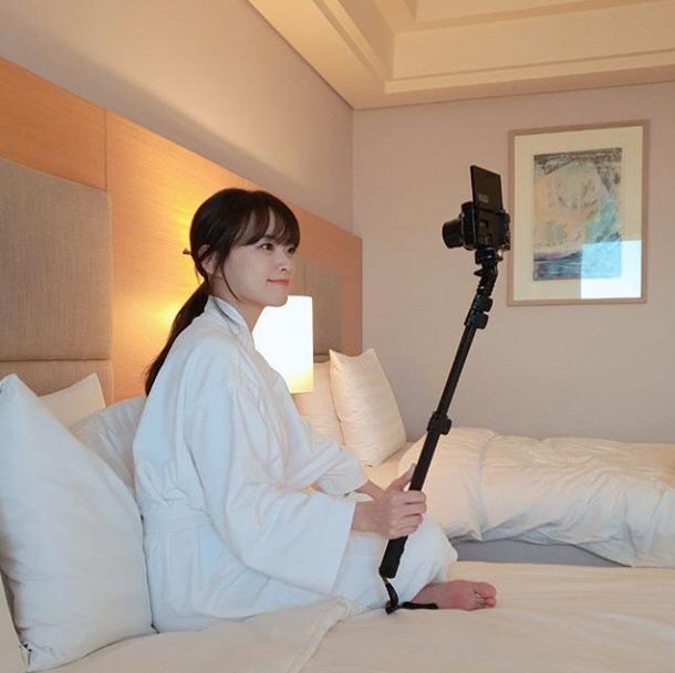 천우희, 호텔 침대에서 가운만 입고…손에 든 것은?