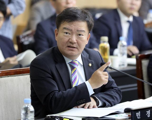 민경욱 'SM그룹 다니는 대통령·총리 동생, 장병 사열한 사장…누가 계산 좀'
