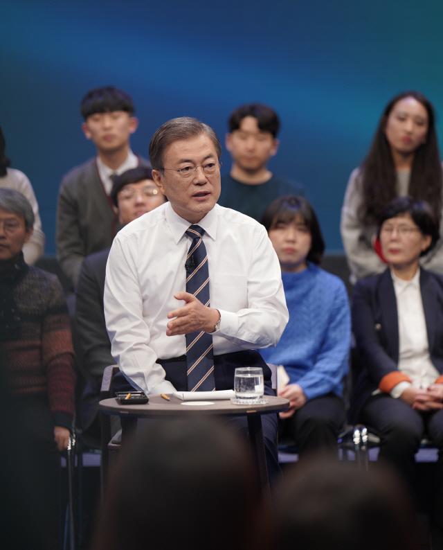 """'조국 사태'에 머리 숙인 文 """"검찰개혁 반드시 필요'"""