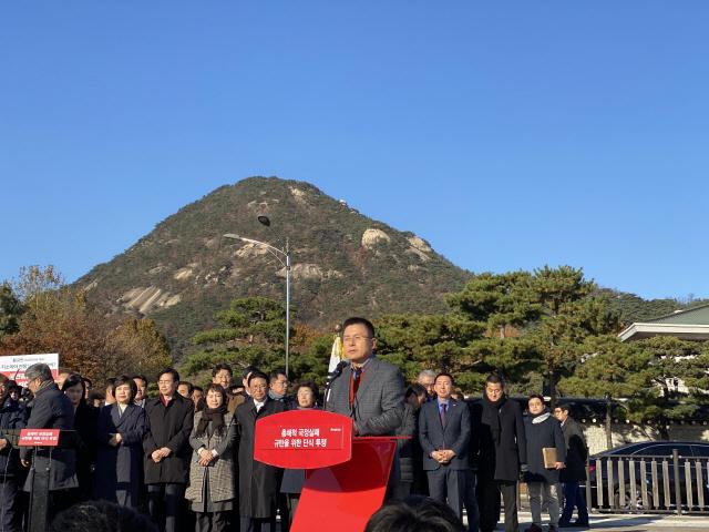 황교안 '목숨을 걸겠다' 청와대 앞 단식 투쟁 돌입
