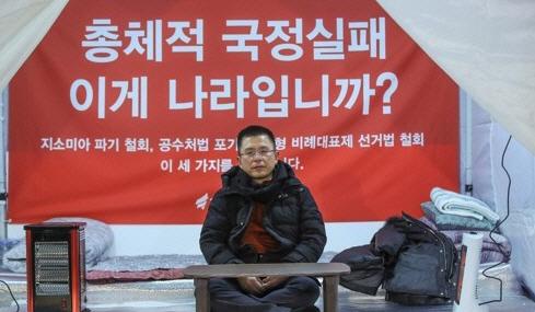 황교안 대표 이틀째 단식투쟁 중…홍준표, 페이스북에 '나경원은 미국갔는데...'