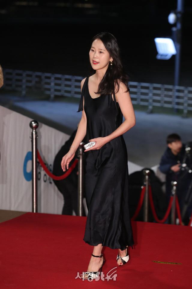 김새벽, 도발적인 슬립 드레스 (40회 청룡영화상)