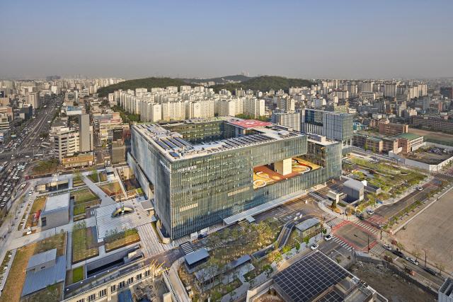 [2019 건축문화대상-우수상] 이대서울병원, 건물 감싼 4,200개 루버..생동감 가득