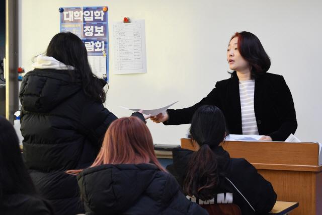 수능 성적표 배부 시작…'입틀막' 하는 학생도