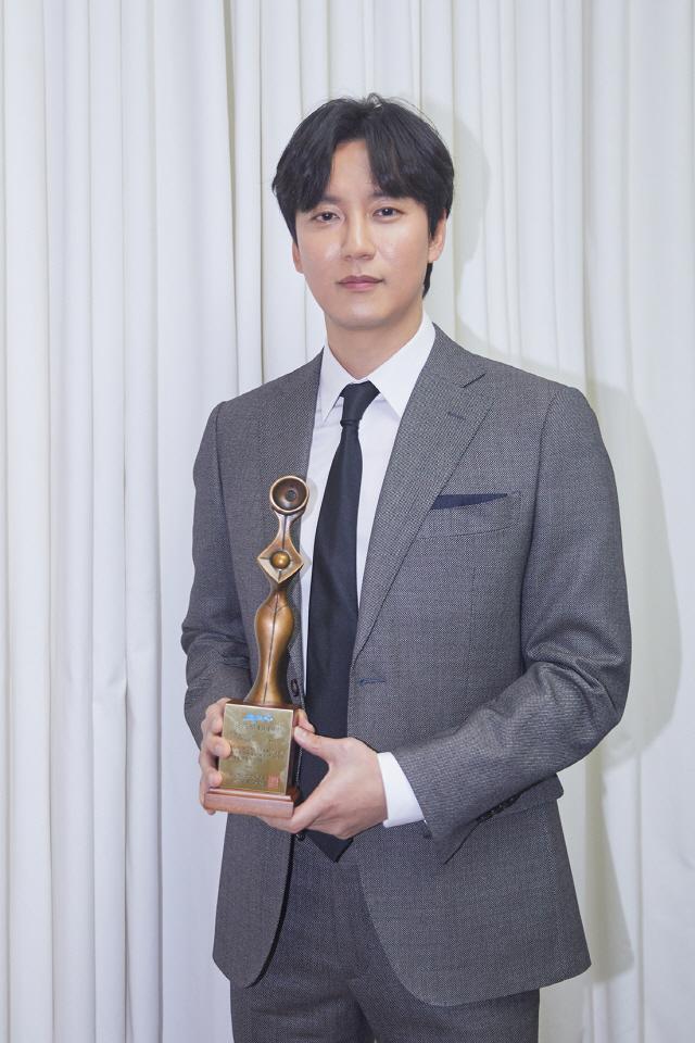 김남길, '2019 그리메상 시상식' 최우수 연기자상 수상..올해 벌써 7관왕