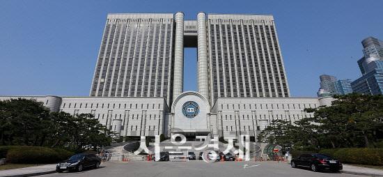 '인보사 상장사기 의혹' 코오롱 임원 2명 구속… '증거인멸 우려'