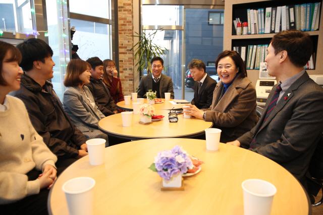 """""""만남 약속지켜, 제가 행복""""…박영선 장관까지 찾게 한 '직원사랑'"""