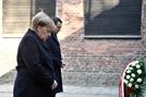 메르켈, 취임 후 첫 아우슈비츠 방문...유대인 처형장에서 묵념