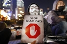 """홍콩 시위대 """"최루 가스 노출된 23% 피해 호소""""…성분 공개 요청"""