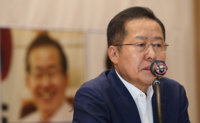 홍준표 '심재철 원내대표, 독선적인 문정권 바로잡아 세워주길'