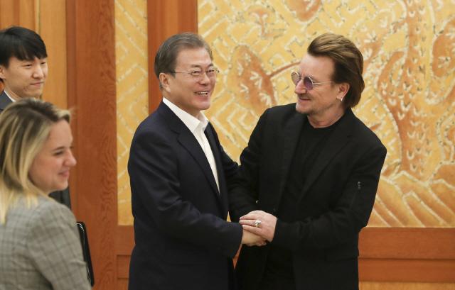 U2 보컬 '보노' 만난 문 대통령…'남북 평화통일 메시지 내줘서 감사'