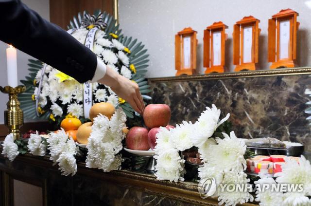 더는 외롭지 않게…'성북 네 모녀' 장례, 주민·공무원이 상주 맡았다