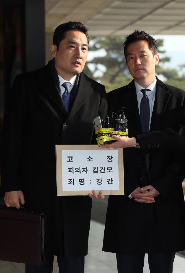 (속보)'김건모 성폭행 주장' 고소 사건, 강남경찰서에서 수사
