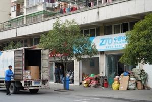 [최수문특파원의 차이나페이지] <43> 온라인쇼핑 붐 타고 中택배산업 34배 고속성장…저임금 구조는 숙제