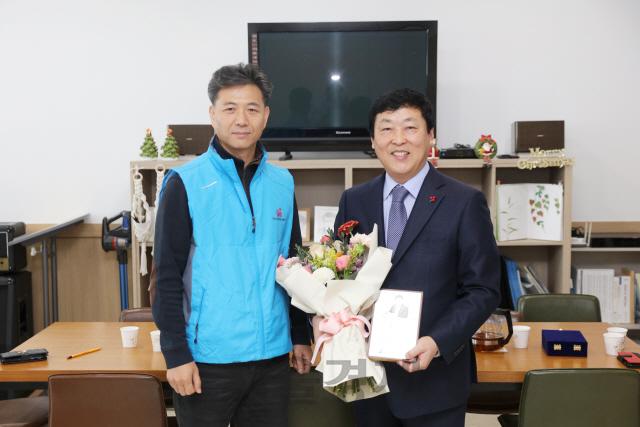 신안군 공무원노조, 박경곤 부군수에 감사패 전달