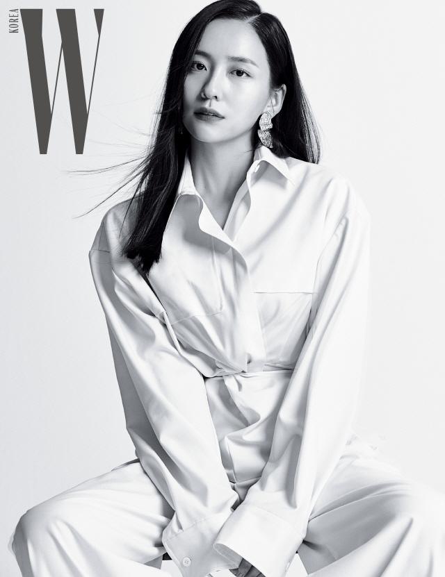 신예 박지현, 화보 비하인드 컷 공개..매혹적인 분위기
