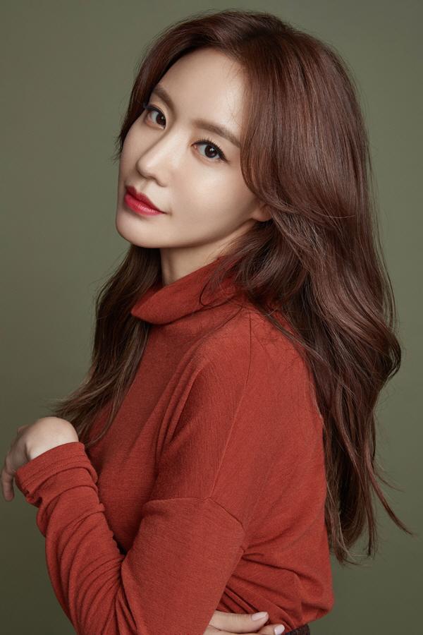 김아중, '레드립'으로 완성한 치명적 매력