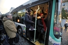 숨막히는 버스… 주차장된 도로… 파리는 '교통지옥'