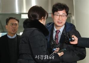 취재진의 질문 받는 고은석 변호사-손종민 대표