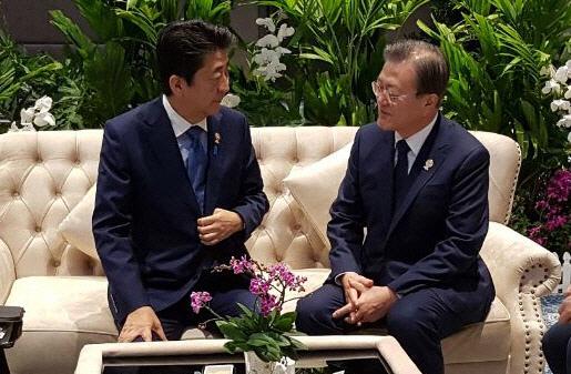아베 '크리스마스 이브, 한중일 정상회의 통해 문대통령과 회담'