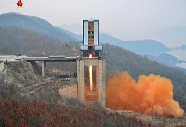 """北, 비건 방한 직전 또 중대시험 '전략적 핵전쟁 억제력 강화에 적용"""""""