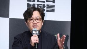 질문에 답하는 우민호 감독 (남산의 부장들 제작보고회)