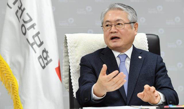 [서경이 만난 사람] 김용익 이사장 '비급여 항목 전면 급여화…수가 체계 개편, 과잉진료 막을것'