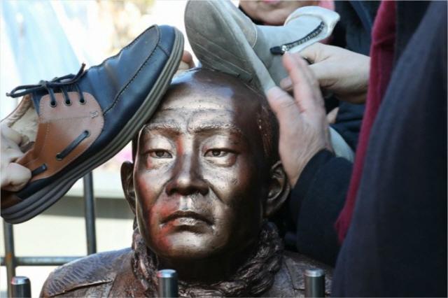 시민들 분노에 '무릎 꿇은 전두환 동상' 머리 박살…'당분간 때리지 말라' 안내문