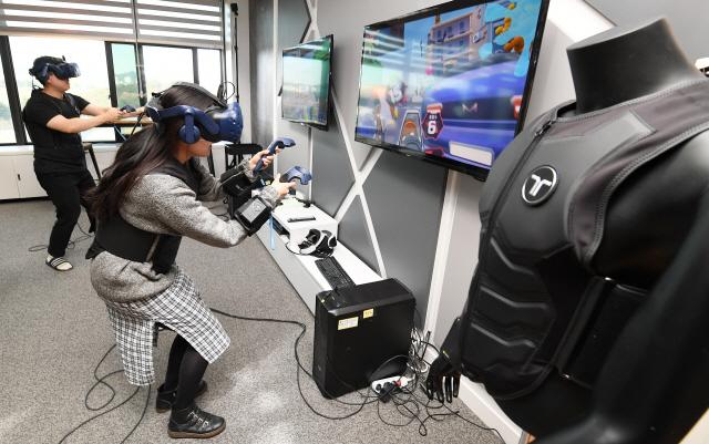 [권경원의 유브갓테크]저커버그 뺨친 韓 VR...'앗 차가워' 몸이 먼저 반응했다