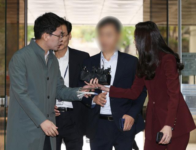 '버닝썬 경찰총장' 윤 총경 첫 정식재판... '혐의 전면 부인'